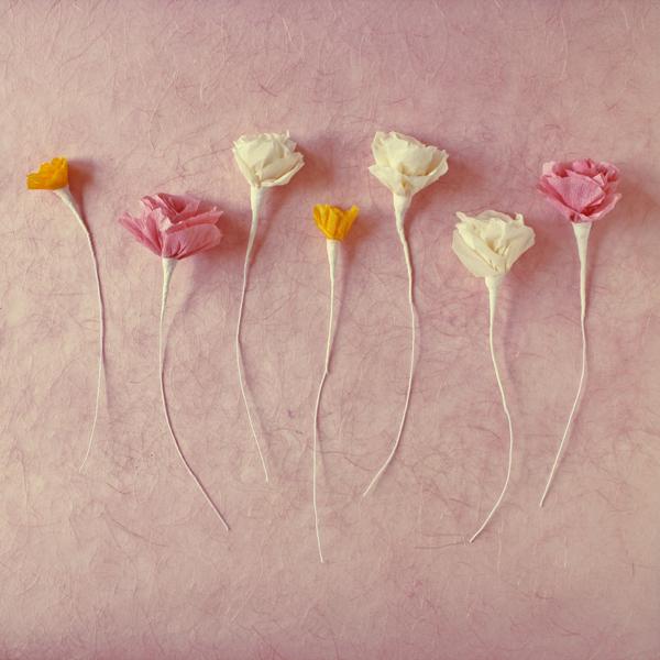 Des bouquets de fleurs en papier crépon