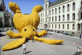 florentijn-hofman-yellow-rabbit-550x3401