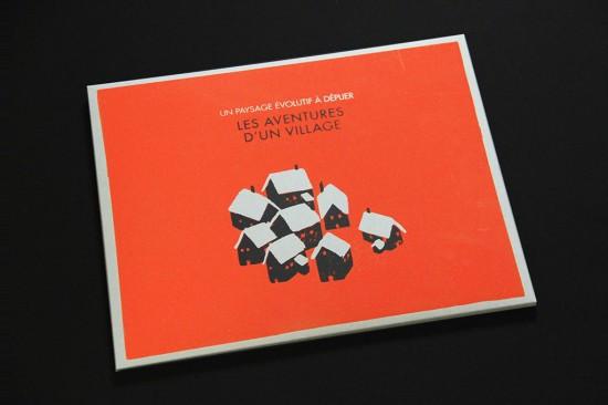 les aventures d'un village de Julie Stephen Chheng Livre à 8 possibles narratifs / 27,8 x 35 cm / Pochette sérigraphiée