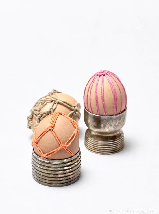 Un décor de pâques avec des oeufs recouverts de macramé