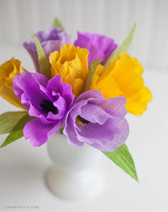 Crepe Paper Flower DIY // Fleurs en papier crépon // Lia Griffith