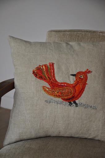 Motif oiseau rouge sur coussin