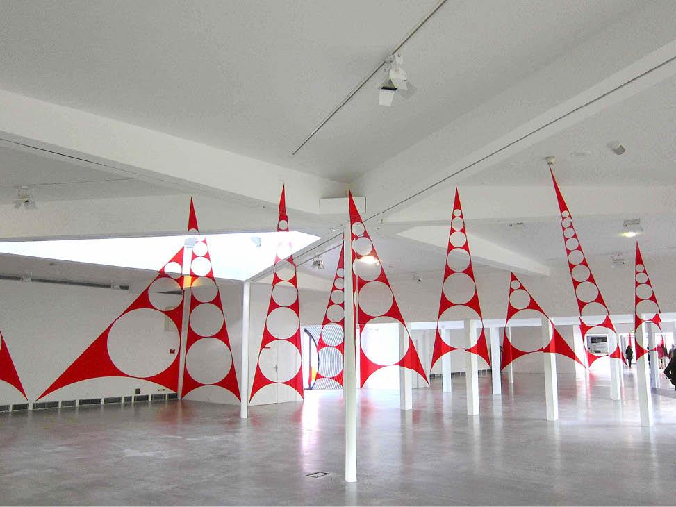 quatorze triangles percés penchés // Felice Varini