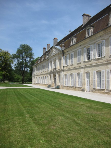 La façade de l'aile ouest de l'abbaye d'Auberive, aménagée au 18e siècle