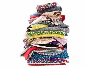 de-nombreux-tapis-colorés-fond-blanc-ensemble