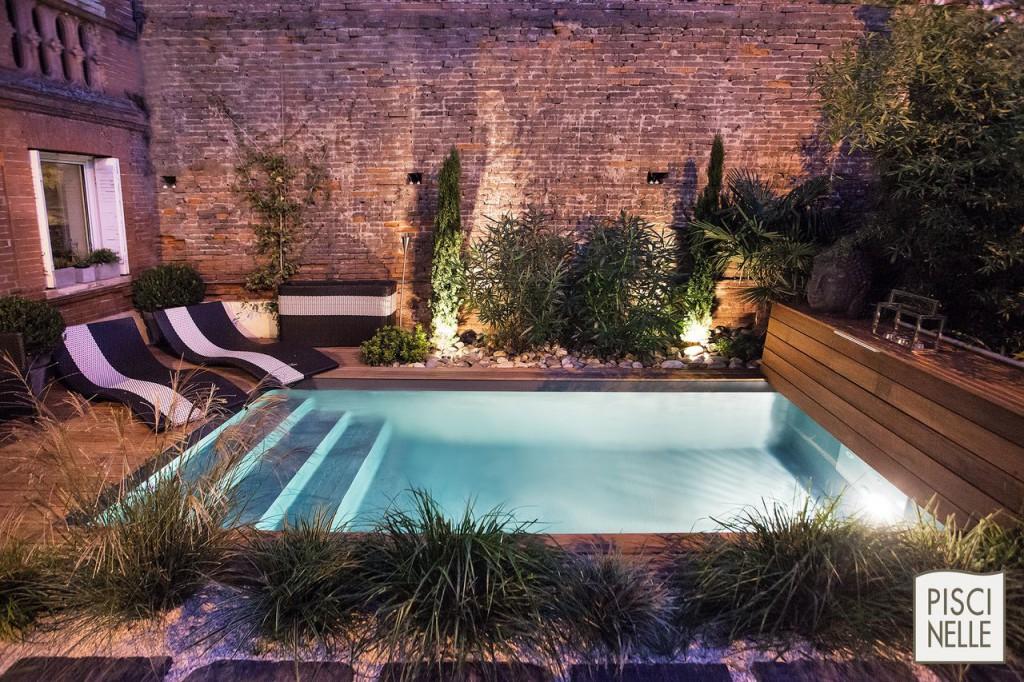 piscine-design-rectangulaire-urbaine-en-ville-de-nuit-Piscinelle