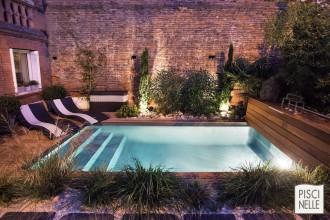 piscine-design-rectangulaire-urbaine-en-ville-de-nuit-Piscinelles