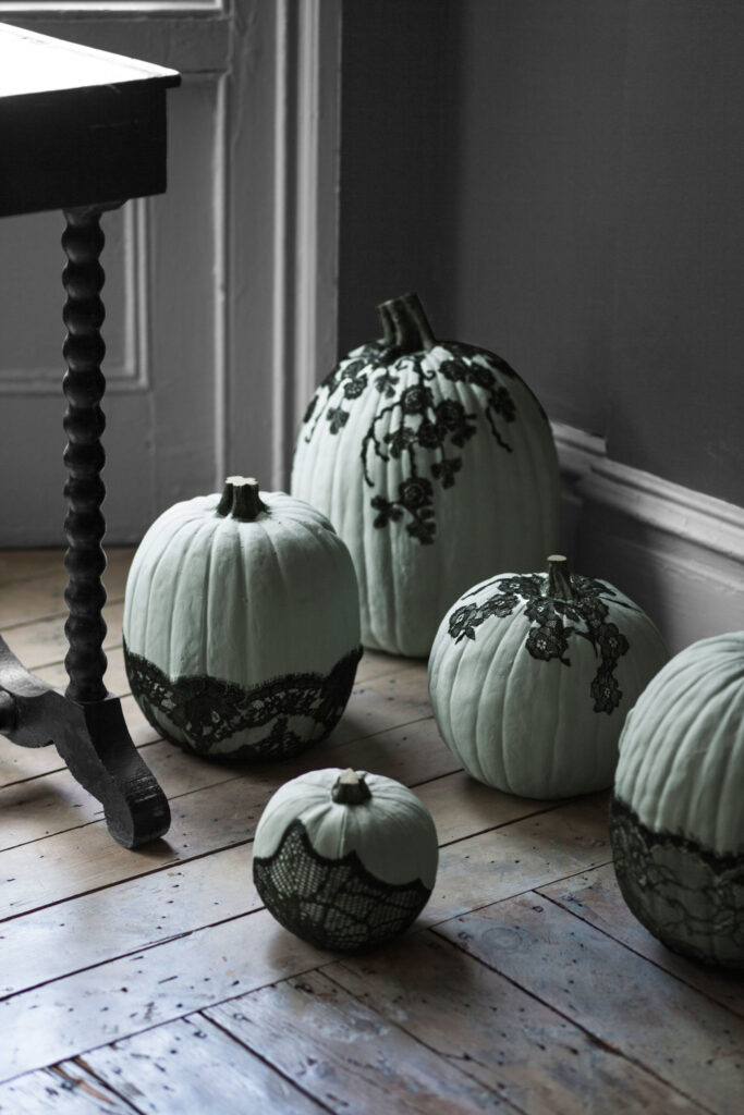 /www.countryliving.com/diy-crafts/how-to/g1354/halloween-decoration-ideas