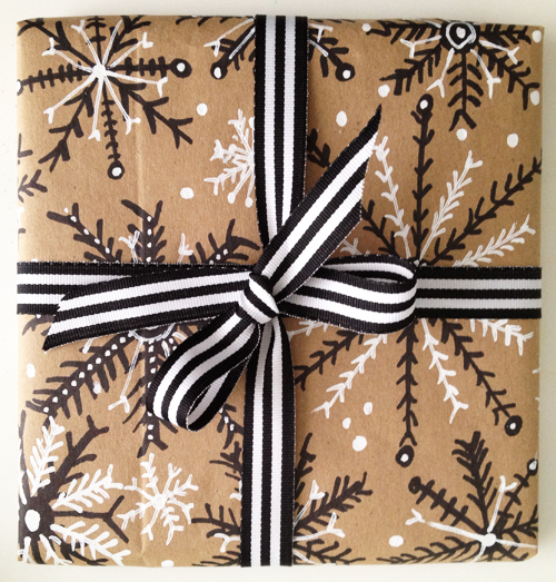 http://alisaburke.blogspot.fr/2011/12/holiday-wrapping-with-paper-bags.html