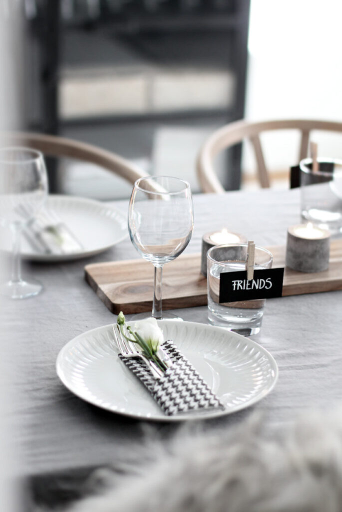 Table-setting-friends
