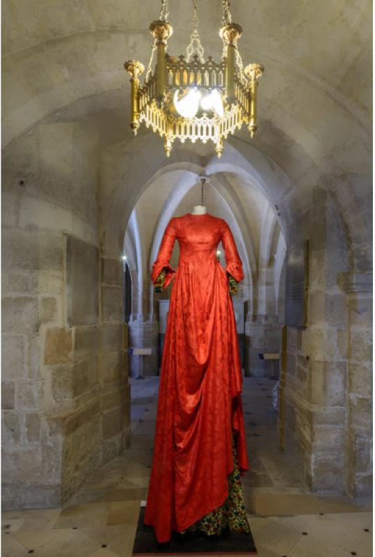 la-basilique-de-saint-denis-et-les-grandes-robes-royales-de-lamyne-m