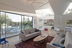 Vers l'ouest, les façades s'écartent légèrement en « Y » pour gagner de la surface et créer, à l'intérieur, trois espaces distincts au sein du volume : espace lecture-bibliothèque, espace jeux et loisirs, espace salon-cheminée.