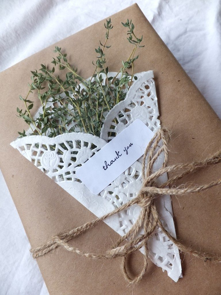 8 Ideas for Simple Wrapping with Herbs and Paper Doilies