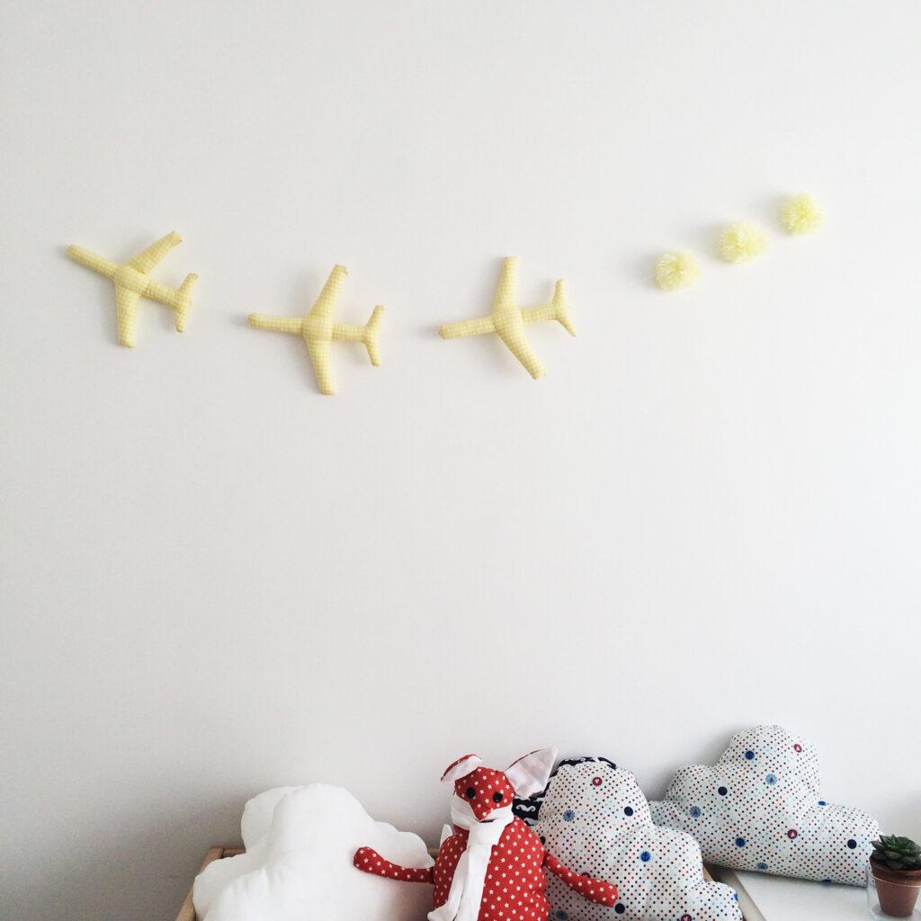 chambre-d-enfant-guirlande-avions-et-pompons-en-vichy jaune