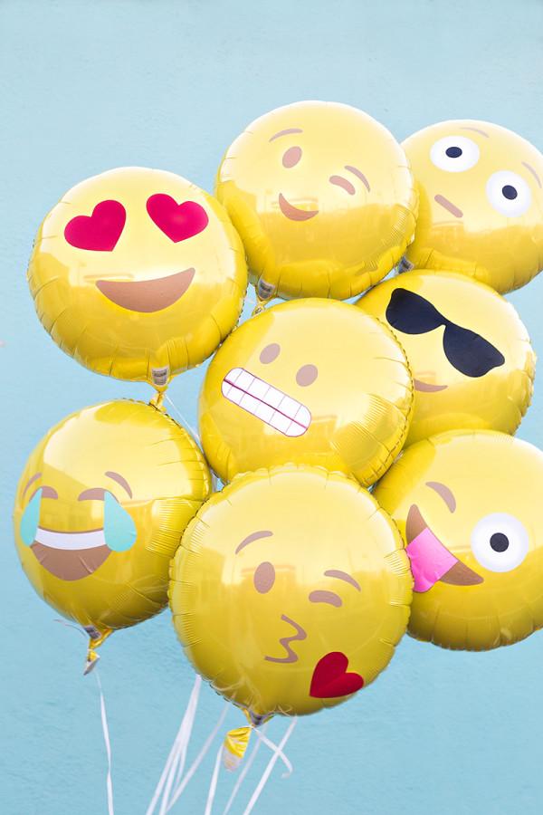 DIY-Emoji-Balloons