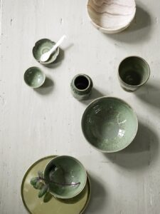dine-tableware-on-brass-trays_low