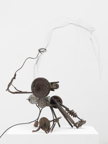 2. Vive la liberté I (Catalogue Raisonné n°190) - 1960 Ferraille, fil électrique, rubans de caoutchouc, bois, moteur électrique de 110 V 96 x 86 x 47 cm Courtesy NCAF et Galerie GP & N Vallois, Paris Photos : André Morin
