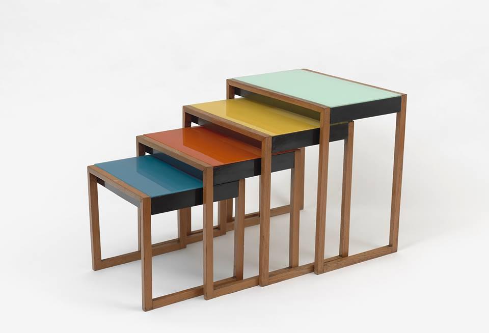 « Tables gigognes », Josef Albers, 1927. Placage de frêne, noir laqué, verre peint © The Josef and Anni Albers Foundation, VG Bild - Kunst, Bonn