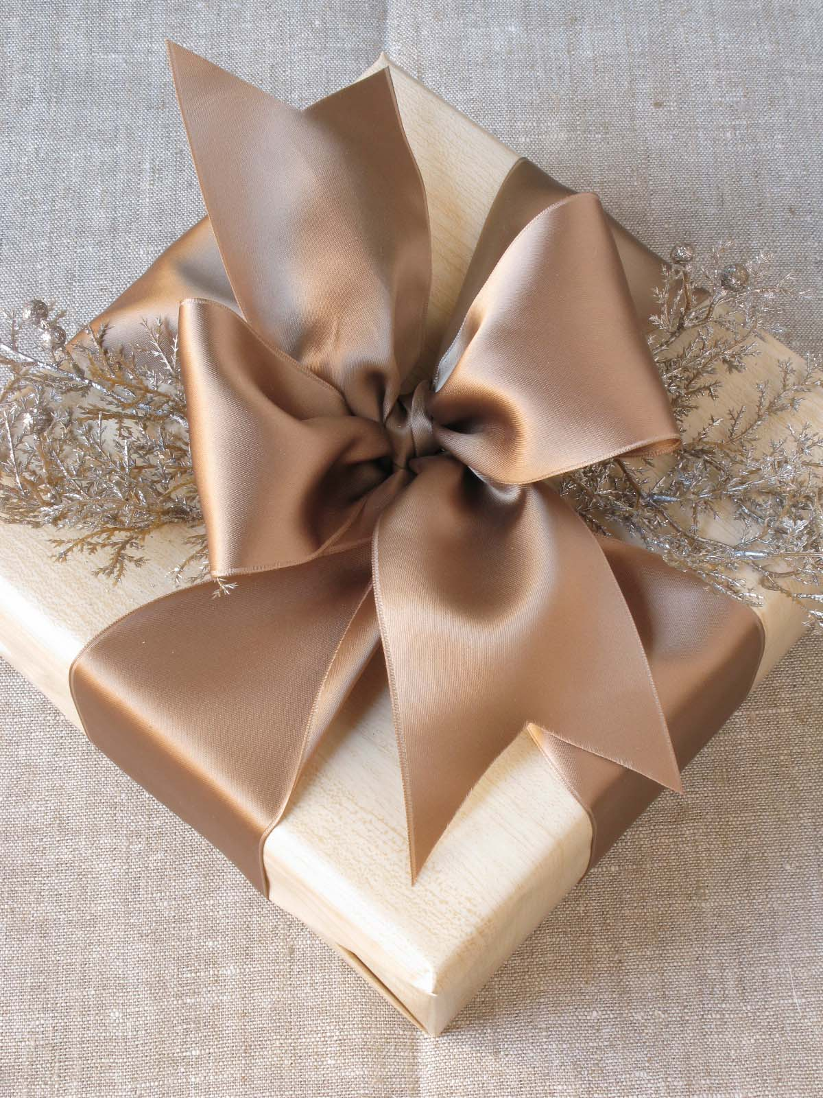eddie-ross-wrapping-ribbon