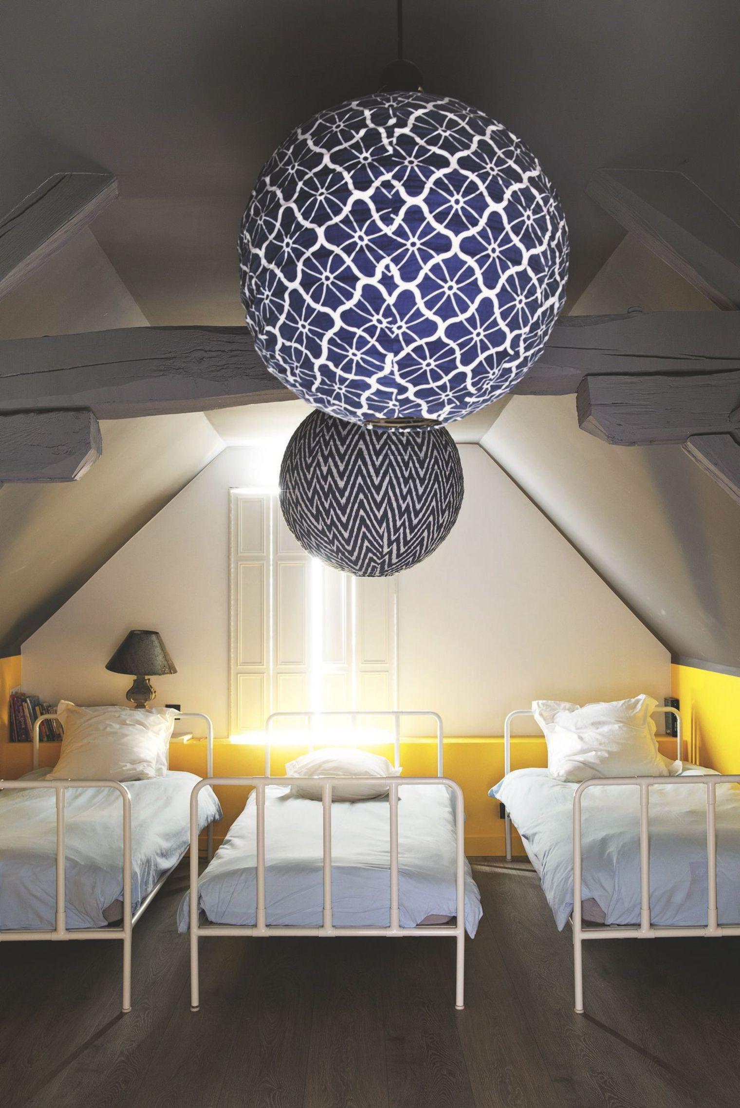 Chambres d 39 enfants le dortoir des vacances plumetis magazine - Luminaire chambre enfants ...