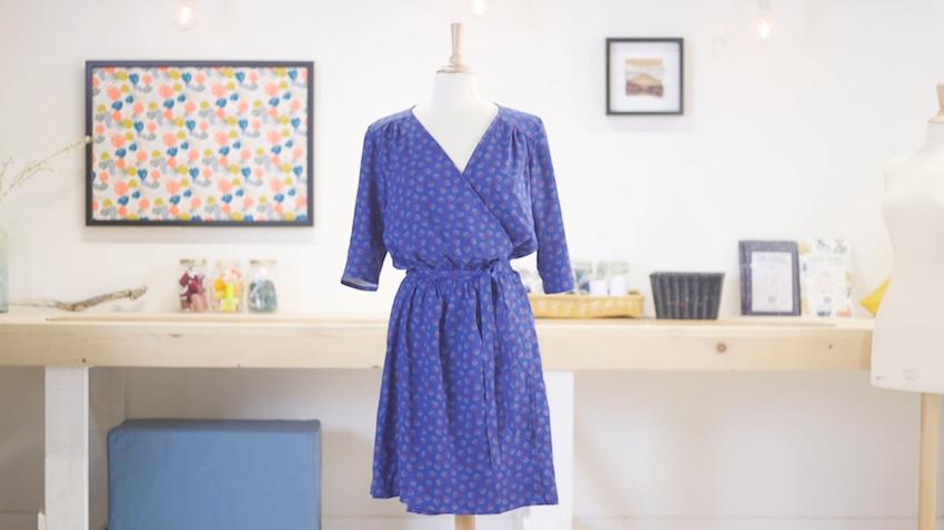 le patron de la robe portefeuille par linna morata et coralie bijasson pour mondial tissus. Black Bedroom Furniture Sets. Home Design Ideas