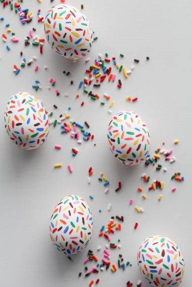 DIY Sprinkle Easter Eggs // Let's mingle